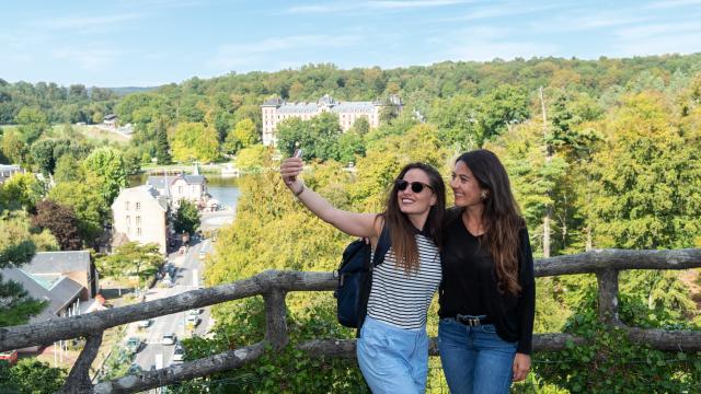 jeunes-femmes-touristes-roc-chien-bagnoles-orne-2