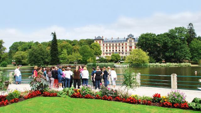 Touristes-visite-lac-bagnoles-orne-grand-hotel-2