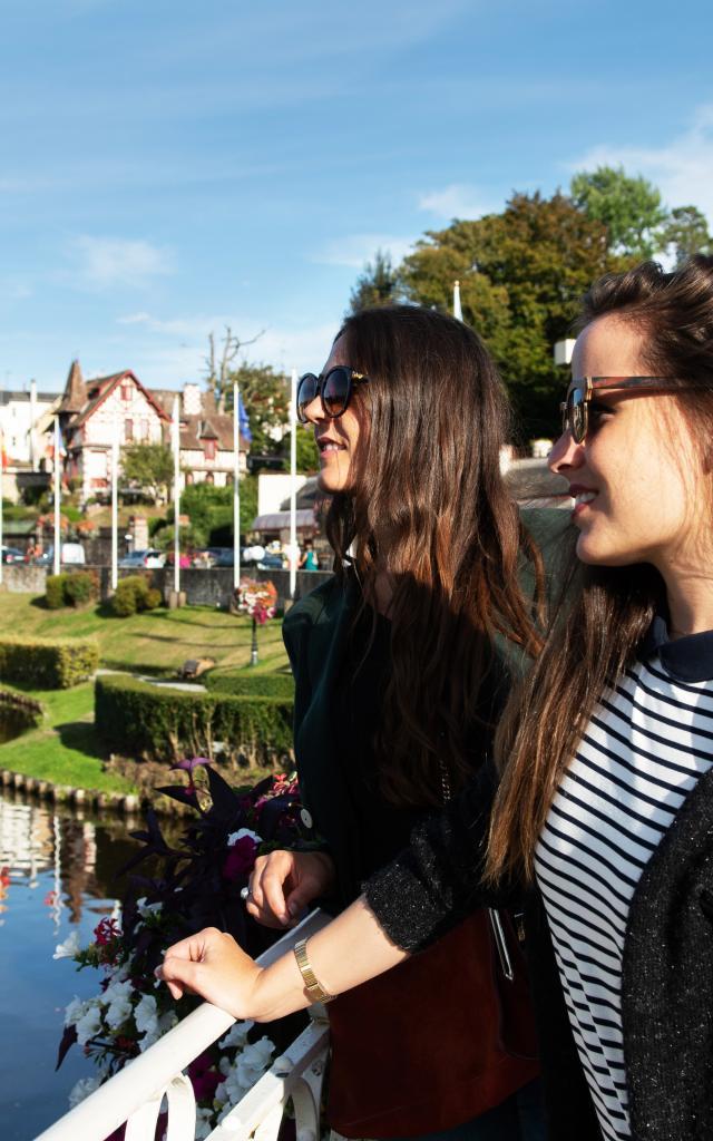 bagnoles-orne-lac-femme-jeune-touriste-3