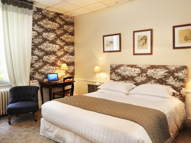 bagnoles-orne-hotel-roc-chien-chambre-scaled.jpg