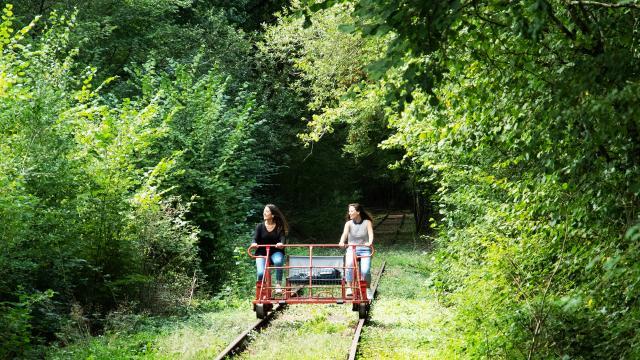bagnoles-orne-velo-rail-activite-jeunes-femmes-3