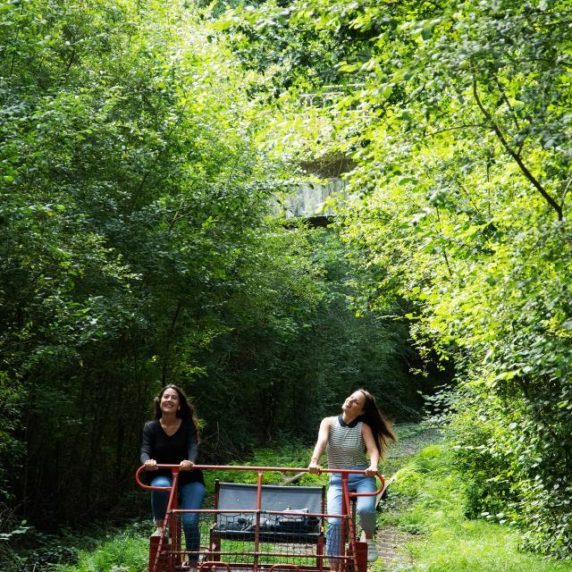 bagnoles-orne-velo-rail-activite-jeunes-femmes-4